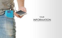 Homem em um smartphone do telefone celular do bolso e em um teste padrão do banco do poder fotos de stock