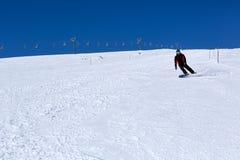 Homem em um snowboard em uma montanha fotos de stock