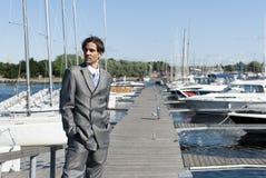 Homem em um terno cinzento Foto de Stock Royalty Free
