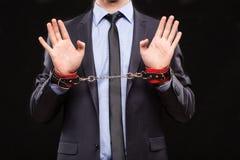 Homem em um terno de negócio com mãos acorrentadas Imagem de Stock Royalty Free