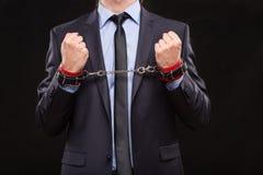 Homem em um terno de negócio com mãos acorrentadas Imagem de Stock