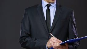 Homem em um terno de negócio com uma tabuleta vídeos de arquivo
