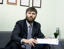 Homem em um terno de negócio que guarda uma entrevista de trabalho Apronte para a entrevista imagem de stock