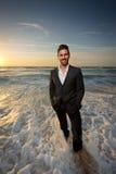 Homem em um terno na praia Fotografia de Stock Royalty Free