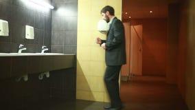 Homem em um toalete público video estoque