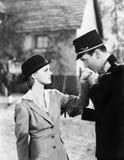 Homem em um uniforme que beija a mão de uma jovem mulher (todas as pessoas descritas não são umas vivas mais longo e nenhuma prop Imagem de Stock