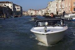 Homem em um watertaxi em Veneza Foto de Stock Royalty Free