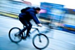 Homem em uma bicicleta Imagens de Stock
