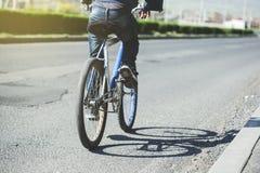 Homem em uma bicicleta fotografia de stock