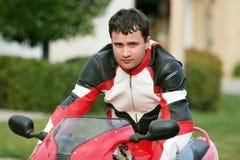 Homem em uma bicicleta vermelha fotos de stock royalty free