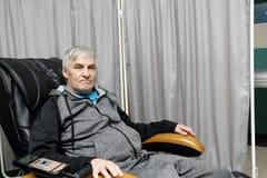 Homem em uma cadeira da massagem Foto de Stock Royalty Free