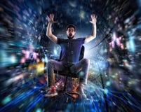 Homem em uma cadeira do escritório para ir rapidamente em um cabo do Internet Conceito da conexão rápida do Internet e de rede fotografia de stock royalty free