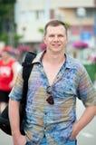 Homem em uma camisa colorida na rua Foto de Stock Royalty Free