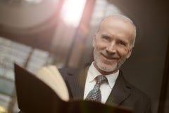 Homem em uma leitura do terno imagem de stock royalty free