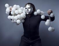 Homem em uma máscara de prata com uma polia das cápsulas do nock Fotos de Stock Royalty Free