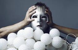 Homem em uma máscara de prata com uma polia das cápsulas do nock Imagens de Stock