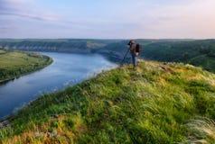 Homem em uma rocha sobre um rio imagem de stock royalty free