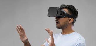 Homem em vidros dos auriculares ou do vr da realidade virtual fotos de stock royalty free