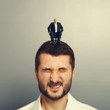 Homem emocional com o chefe feliz pequeno Imagem de Stock Royalty Free