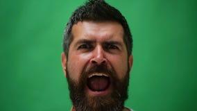 Homem emocional considerável Homem novo que expressa emoções diferentes Caras das emoções do indivíduo farpado considerável Facia video estoque