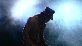 Homem emocional da tira que joga a guitarra-baixo, lenta video estoque