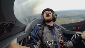 Homem emocional que senta-se na cabina do piloto do jato que faz o laço no ar, passatempo extremo video estoque