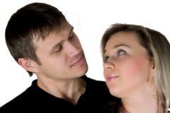 Homem Enamoured e a mulher. O retrato isolado no vagabundos brancos Fotografia de Stock Royalty Free