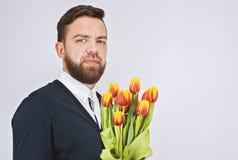 Homem encantador com o ramalhete das tulipas Fotografia de Stock