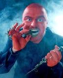 Homem enfrentado vermelho irritado com faca e charuto Fotografia de Stock Royalty Free