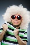 Homem engraçado com penteado afro no Fotografia de Stock