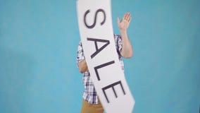 Homem engraçado com um bigode com uma venda do sinal vídeos de arquivo