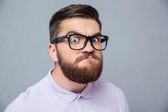 Homem engraçado do moderno que olha a câmera foto de stock