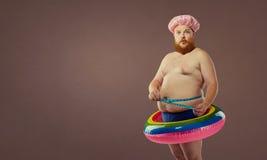 Homem engraçado grosso no círculo inflável fotografia de stock royalty free
