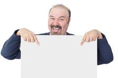 Homem entusiástico que aponta a um sinal branco vazio foto de stock