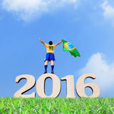 Homem entusiasmado com bandeira de Brasil Imagem de Stock