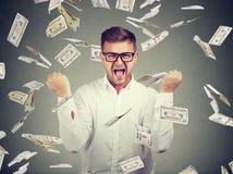 Homem entusiasmado em contas de dinheiro do voo fotos de stock royalty free
