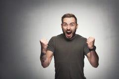 Homem entusiasmado no fundo do grunge Imagens de Stock Royalty Free