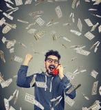 Homem entusiasmado que ganha tendo o telefonema foto de stock
