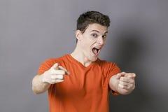 Homem entusiasmado que mostra algo com mãos na maneira fresca Imagens de Stock Royalty Free