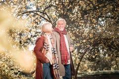 Homem envelhecido alegre que aprecia sua primeira data imagem de stock royalty free