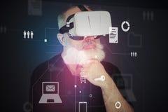 Homem envelhecido em auriculares da realidade virtual na frente do scre interativo Fotografia de Stock Royalty Free