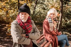 Homem envelhecido infeliz que gerencie longe de sua esposa fotos de stock