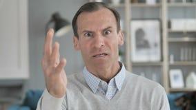 Homem envelhecido médio gritando irritado que reage ao problema no trabalho video estoque