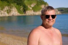 Homem envelhecido médio na praia fotos de stock royalty free