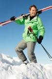 Homem envelhecido médio no feriado do esqui nas montanhas imagem de stock royalty free