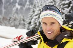 Homem envelhecido médio no feriado do esqui nas montanhas imagem de stock