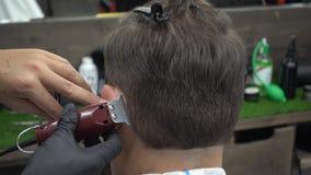 Homem envelhecido médio que faz o corte de cabelo do barbeiro filme