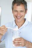 Homem envelhecido médio que prende suplementos dietéticos fotos de stock royalty free
