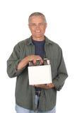 Homem envelhecido médio que prende uns seis blocos da cerveja fotografia de stock