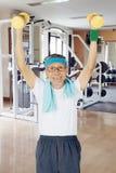 Homem envelhecido que exercita com dois pesos Imagem de Stock Royalty Free